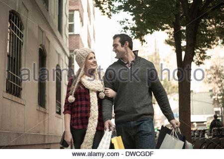 Junge Touristen paar Arm in Arm, New York City, USA - Stockfoto