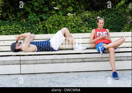 Zwei Basketball-Spieler eine Pause auf Parkbank - Stockfoto