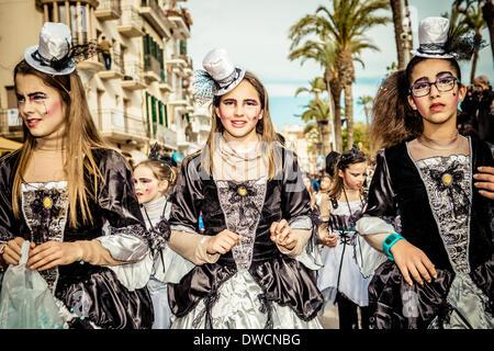 Sitges, Spanien. 4. März 2014: Mädchen in Fantasiekostümen tanzen während der Kinder-Karnevalsumzug in Sitges. Bildnachweis: - Stockfoto