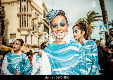 Sitges, Spanien. 4. März 2014: Kinder Nachtschwärmer tanzen während der Sonntag-Parade von der Kinder-Karnevalsumzug - Stockfoto
