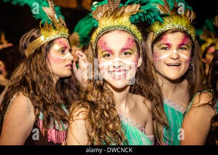 Sitges, Spanien. 4. März 2014: Nachtschwärmer in bunten Kostümen tanzen während der nächtlichen Parade der Karneval - Stockfoto
