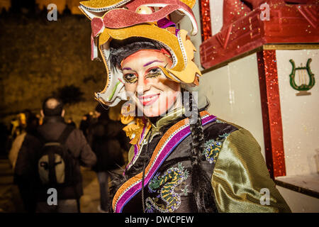Sitges, Spanien. 4. März 2014: Ein Zecher in einem asiatischen Kostüm führt während der Karnevalsumzug in Sitges - Stockfoto