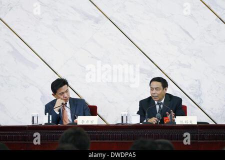 Peking, China. 6. März 2014. Chen Xiwen (R), stellvertretender Direktor der zentralen landwirtschaftlichen Arbeit - Stockfoto