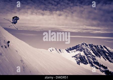 Österreich, Tirol, Kitzbühel, Mann Off-Piste Skifahren - Stockfoto