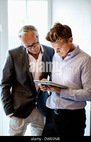 Geschäftsleute, die mit digital-Tablette in office - Stockfoto