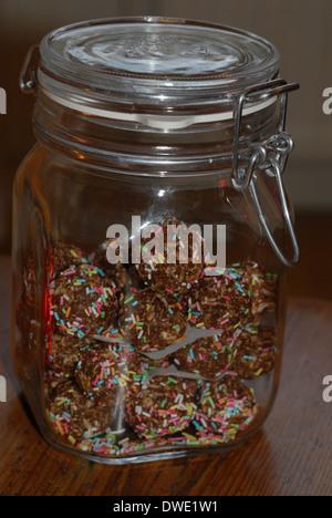 Hausgemachte Pralinen im Glas.