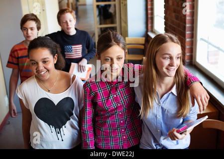 Schülerinnen und Schüler in Umkleidekabine - Stockfoto