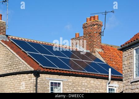 Solarheizung Photovoltaikanlage auf dem Dach eines Hauses - Stockfoto