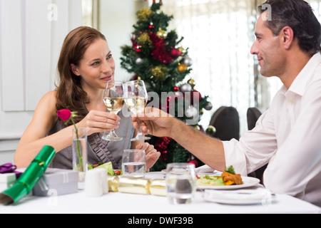 Paar, toasten Wein Gläser im restaurant - Stockfoto