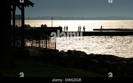 Silhouette des Menschen zu Fuß auf Pier am Seeufer Ohio - Stockfoto