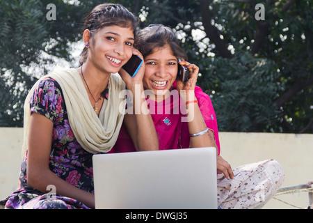 Ländliche indischen Mädchen reden mit Handy - Stockfoto
