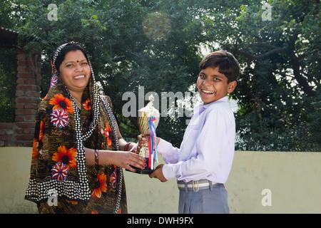 Indische Frau geben Trophäe für Kinder - Stockfoto