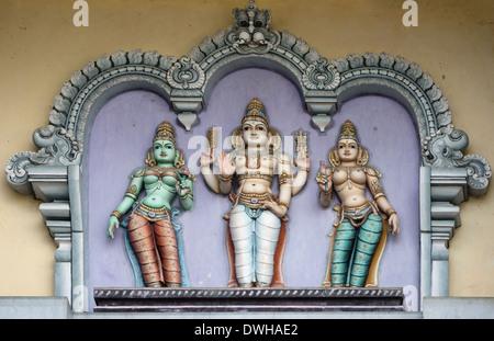 Lord Murugan und seine beiden Frauen, Valli und Deivayanai am Rathinagiri-Hügel-Tempel in Vellore, Tamil Nadu, Indien. - Stockfoto