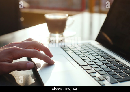 mit Computer, E-mail check-in am Morgen - Stockfoto