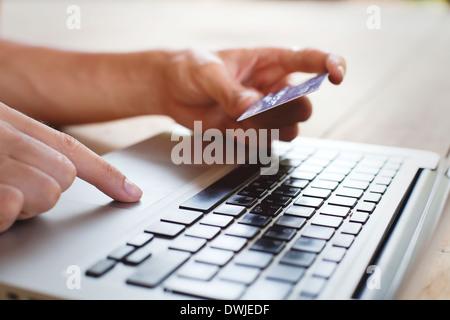 Für den Kunden ist es – ähnlich wie Paypal – eine schnelle und bequeme Möglichkeit, die Zahlung für die jeweilige Bestellung zu initiieren. Der Kunde muss seine Kreditkartennummer, das Kreditkarten-Ablaufdatum sowie eine meist dreistellige Prüfziffer eingeben. Ein im Hintergrund existierendes Zahlungssystem bzw. elektronisches Kreditkartensystem prüft die Kreditkartendaten und.