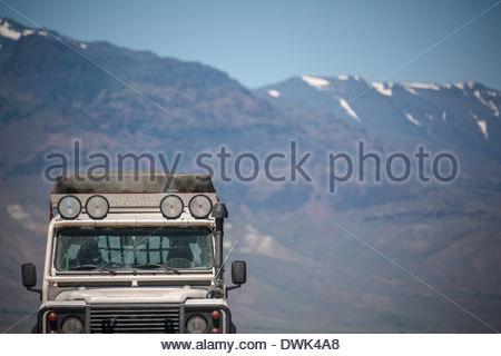 Landrover Defender NAS 110 Offroad Fahrzeug vor Mountas an Alvord Wüste, Oregon, USA - Stockfoto