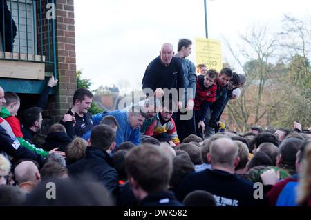 Die königlichen Fasching Fußball Match, Ashbourne, Derbyshire,UK.2014. - Stockfoto