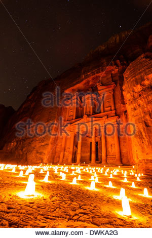 Das Finanzministerium in Petra bei Kerzenschein, Petra, Jordanien - Stockfoto