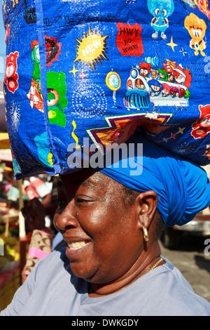 Dame mit Einkaufstasche auf Kopf, Markt, Roseau, Dominica, West Indies, Karibik, Mittelamerika - Stockfoto