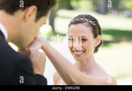 Küssen auf der Seite der Braut Bräutigam - Stockfoto