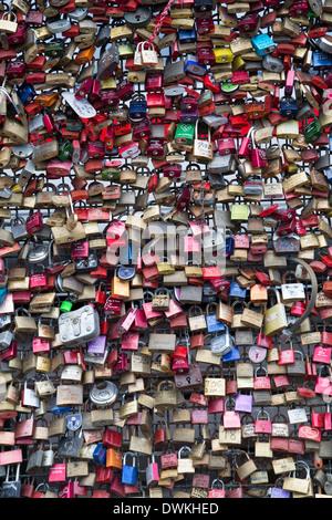Liebesschlösser auf der Hohenzollernbrücke, Köln, Nord Rhein Westfalen, Deutschland, Europa - Stockfoto