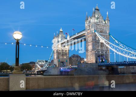 Touristen und Passanten zu stoppen, um Bilder von Tower Bridge in der Dämmerung, London, England, Vereinigtes Königreich, - Stockfoto