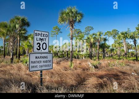 Ein Schild im Staatswald Picayune Strand warnt Fahrer fahren vorsichtig, die vom Aussterben bedrohten Florida-Panther - Stockfoto