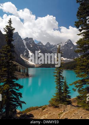 Das helle blau Glazial-Schmelzwasser der Moraine Lake im Tal der fünf Gipfel im Banff National Park in Alberta, - Stockfoto