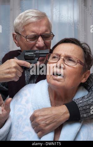 Verrückte älteres paar kämpfen mit einer Pistole. - Stockfoto