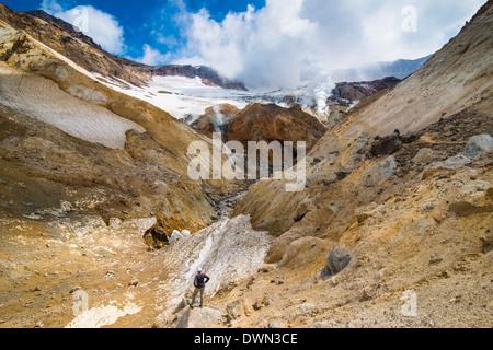 Touristen auf der Suche zu rauchen Fumarolen am Mutnowski Vulkan, Kamtschatka, Russland, Eurasien - Stockfoto