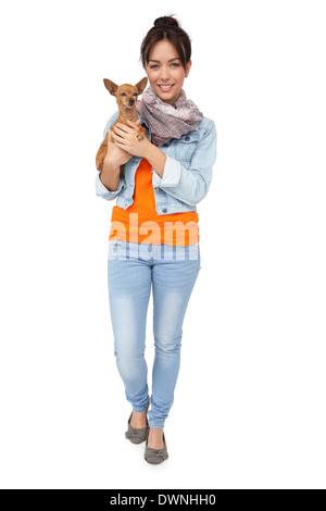 Porträt einer lächelnden jungen Frau mit Hund - Stockfoto