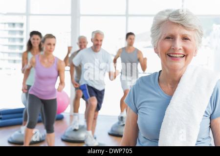 Ältere Frau mit Menschen trainieren im Fitness-studio - Stockfoto
