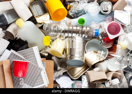Recycling von Müll und wiederverwendbare Abfallwirtschaft wie Metall, Kunststoff, Altpapier Produkte wiederverwendet - Stockfoto