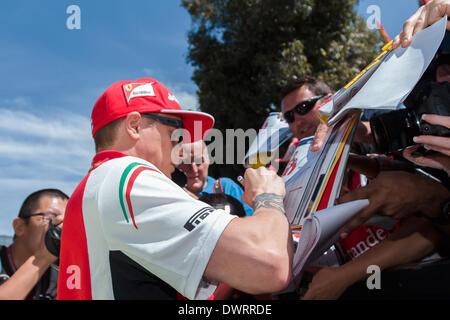 Melbourne, Victoria, Australien. 13. März 2014.  Kimi Räikkönen (FIN) von der Scuderia Ferrari Team gibt Autogramme - Stockfoto