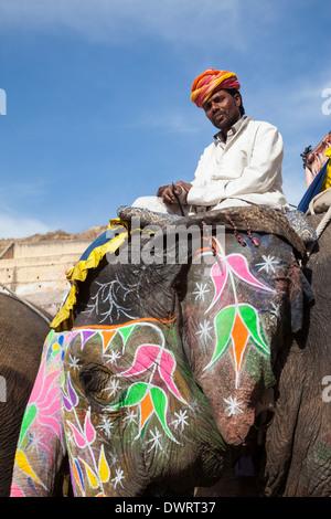 Amber (oder Amer) Palast, in der Nähe von Jaipur, Rajasthan, Indien. Bunt verziert Elefanten bringen die Besucher - Stockfoto