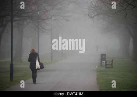 Aberystwyth, Wales, UK. 13. März 2014. Dichter Nebel am frühen Morgen als Menschen zu Fuß, entlang der Plascrug - Stockfoto