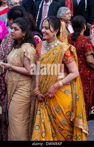 Jaipur, Rajasthan, Indien. Indische Frauen in Saris und Schmuck bei einer Hochzeitsfeier ankommen. Beachten Sie - Stockfoto