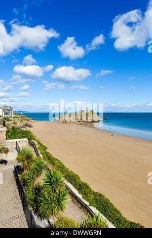Blick über den Strand von der Esplanade mit Blick auf St. Catherines Island, Tenby, Carmarthen Bay, Pembrokeshire, - Stockfoto