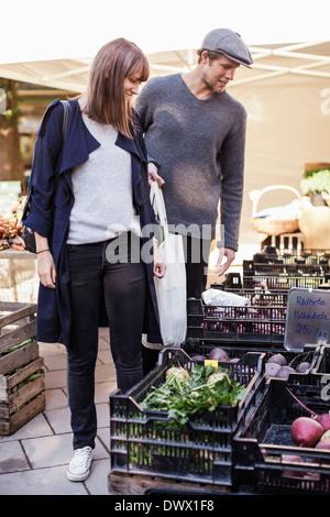 Junges Paar kaufen Gemüse im Markt - Stockfoto
