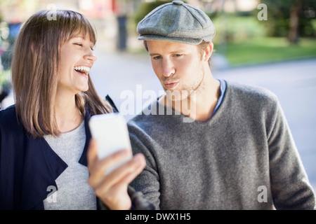 Glückliches Paar Fotografieren selbst durch Handy-im freien - Stockfoto