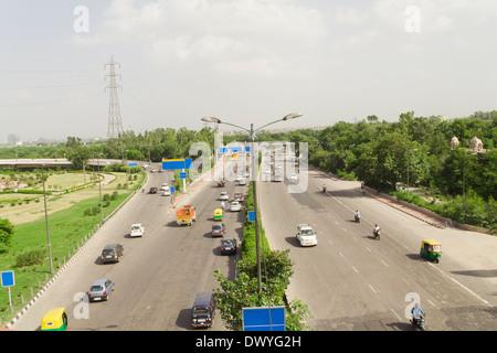 Indischer Verkehr auf Straße, Verkehr auf der Autobahn, erhöhten Blick auf Verkehr, Verkehr. Straße, Auto, Auto, - Stockfoto