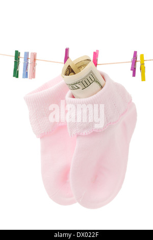 Geld in Socke auf Wäscheleine mit rosa Wäscheklammern, isoliert auf weiss - Stockfoto