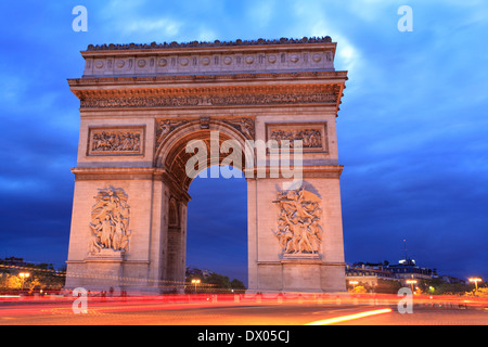 Arc de Triomphe in der Abenddämmerung, Paris, Frankreich - Stockfoto
