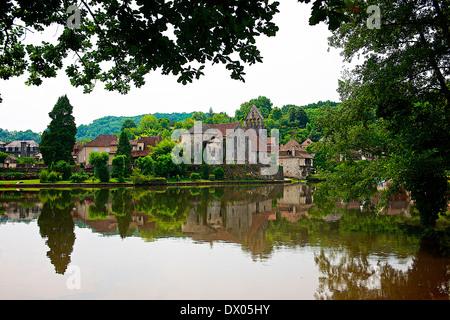Dordogne Fluß durch Beaulieu-Sur-Dordogne, Frankreich - Stockfoto