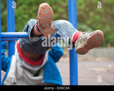 Klettergerüst Zum Aufhängen : Kleiner junge hängen klettergerüst im park freien stockfoto