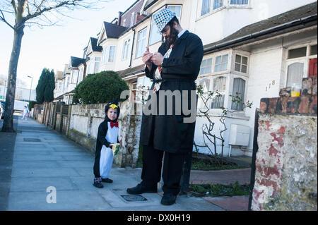 London, UK. 16. März 2014.  Gekleidet in schicke Klamotten, junge Männer aus der orthodoxen jüdischen Gemeinde in - Stockfoto