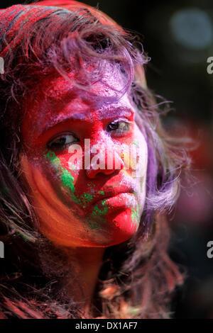 Dhaka, Bangladesch. 16. März 2014. Studenten feiern das Fest der Farbe nach schmieren einander mit Farbpulver während - Stockfoto