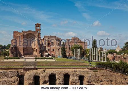 Der Tempel der Venus und Roma (Tempio de Venere e Roma), Rom, Italien. Blick vom Kolosseum entfernt. - Stockfoto