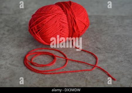 Roter Wolle stricken Garn auf einem hölzernen Hintergrund isoliert. - Stockfoto