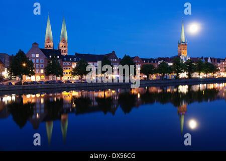 Trave-Fluss und die Altstadt bei Vollmond, Lübeck, Schleswig-Holstein, Deutschland - Stockfoto